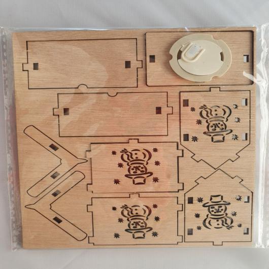 Fa házikó lapra szerelt LED+zsinór5,2*6,5*6,5 cm Hóember
